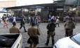 Guardas municipais ficam em frente ao camelódromo da Uruguaiana