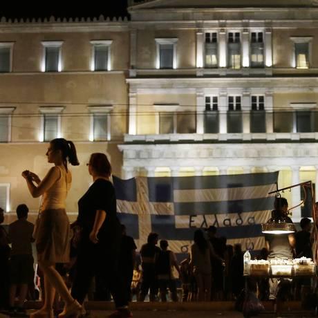 Manifestantes em frente ao Parlamento grego, logo após a aprovação do pacote de resgate da dívida Foto: Matthew Lloyd / Bloomberg