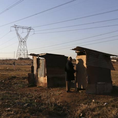 Subúrbio de Sebokeng sofre com a falta de luz no inverno sul-africano Foto: JOAO SILVA / NYT