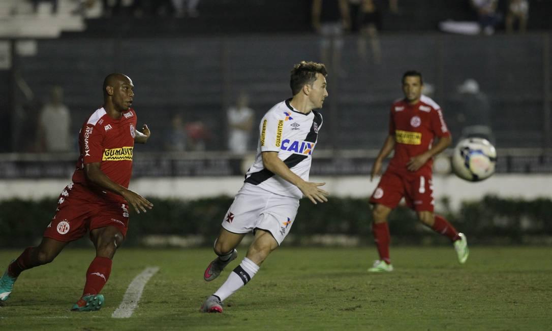 Dagoberto domina a bola na partida entre Vasco e América-RN Marcelo Carnaval / Agência O Globo