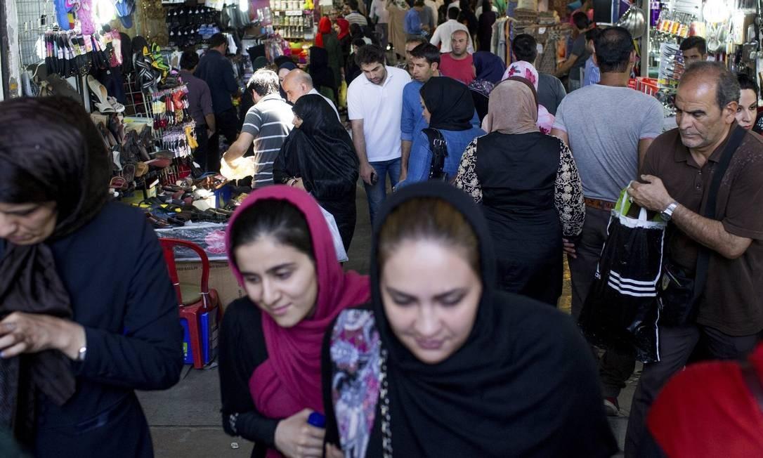 Impulso. Iranianos vão às compras em Teerã: presidente Rouhani tem como desafio geranciar o aumento do comércio e de investimentos estrangeiros sem aumentar a inflação ou enfraquecer indústria nacional Foto: ARASH KHAMOOSHI/NYT