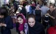 Impulso. Iranianos vão às compras em Teerã: presidente Rouhani tem como desafio geranciar o aumento do comércio e de investimentos estrangeiros sem aumentar a inflação ou enfraquecer indústria nacional