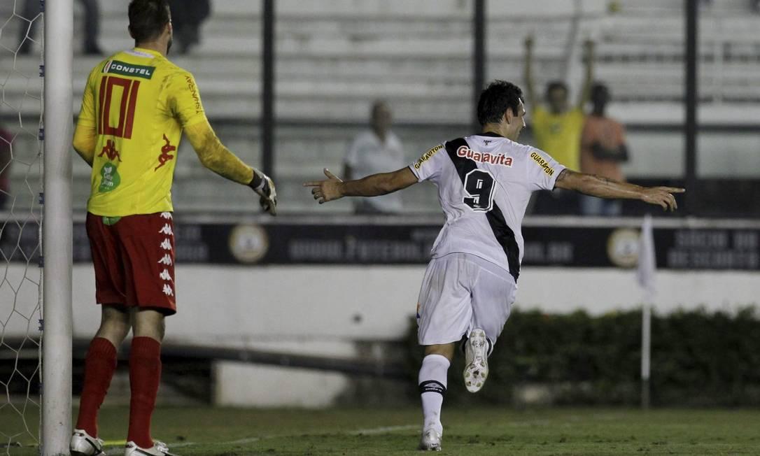 Herrera comemora seu primeiro gol com a camisa do Vasco Marcelo Carnaval / Agência O Globo