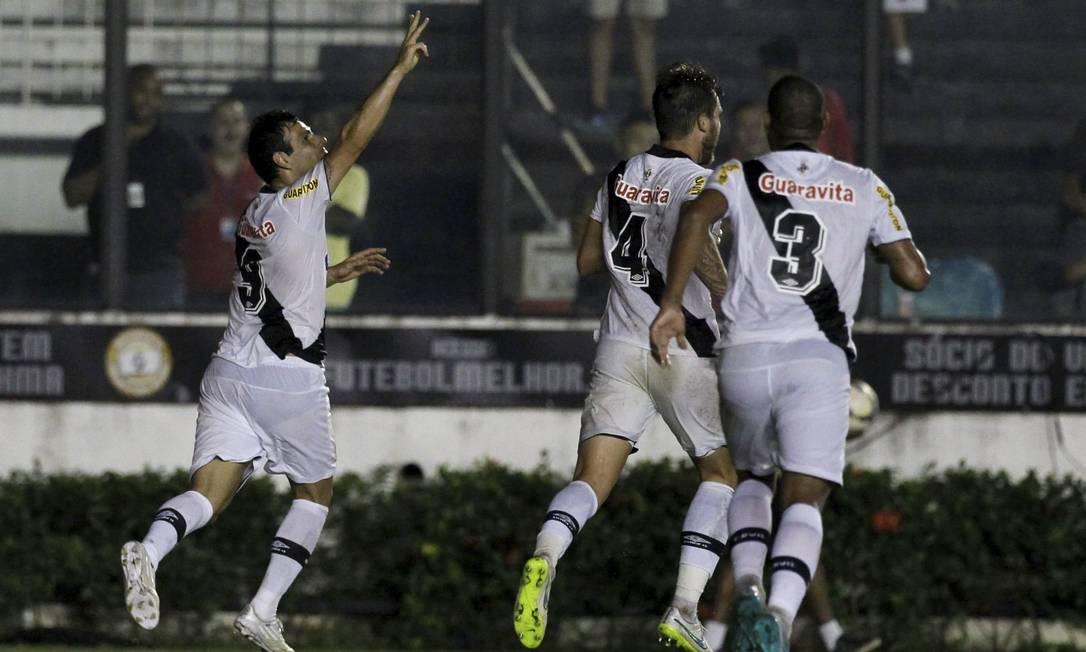 Herrera comemora com Aislan e Rodrigo o gol que abriu o placar Marcelo Carnaval / Agência O Globo