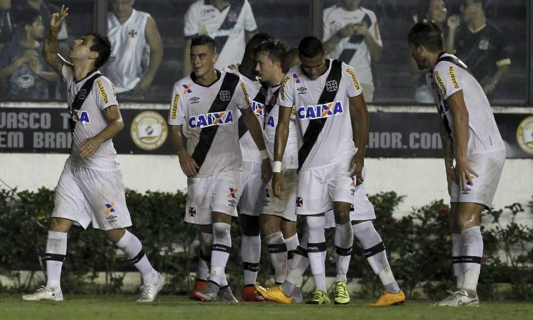 Herrera festeja o gol com os companheiros Marcelo Carnaval / Agência O Globo