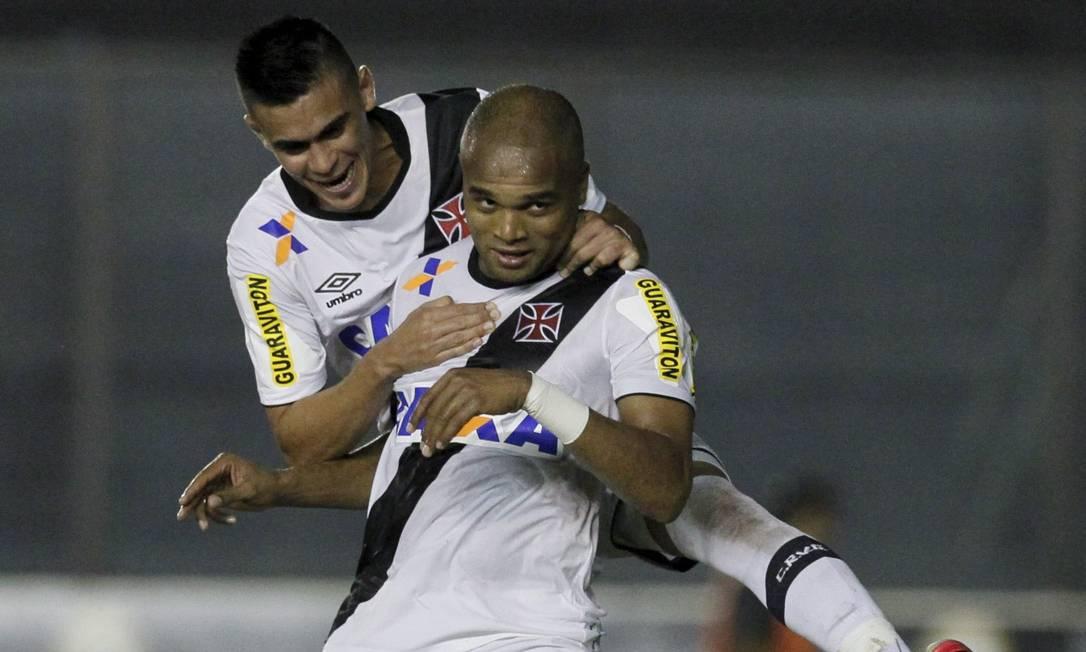 Anderson Salles é abraçado ao fazer o segundo gol do Vasco Marcelo Carnaval / Agência O Globo