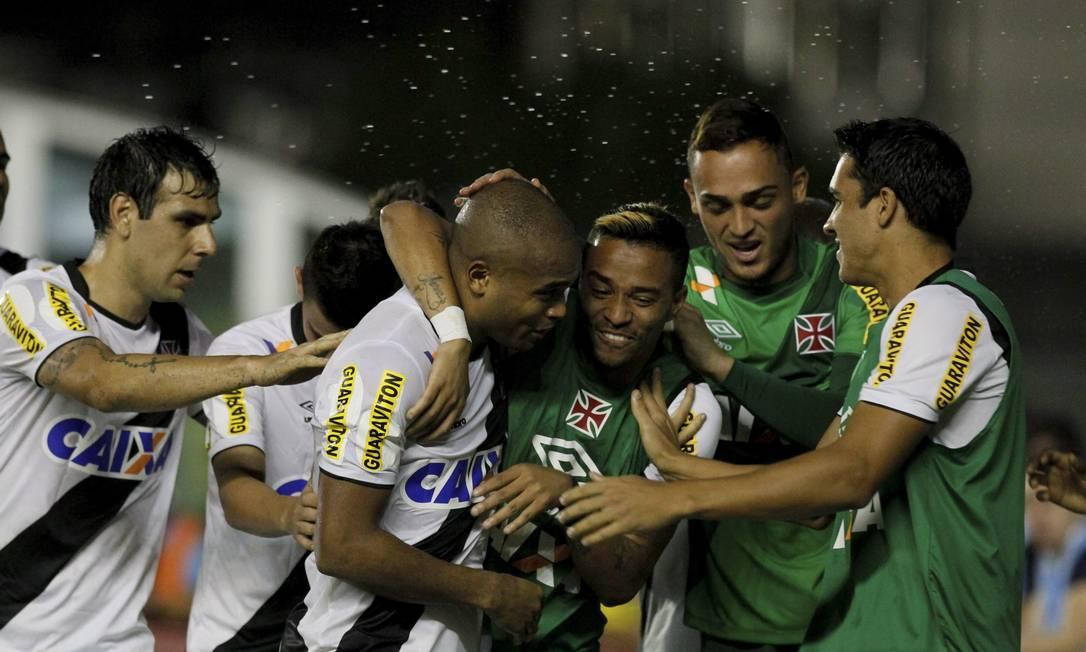 Anderson Salles comemora com os reservas o segundo gol do Vasco Marcelo Carnaval / Agência O Globo