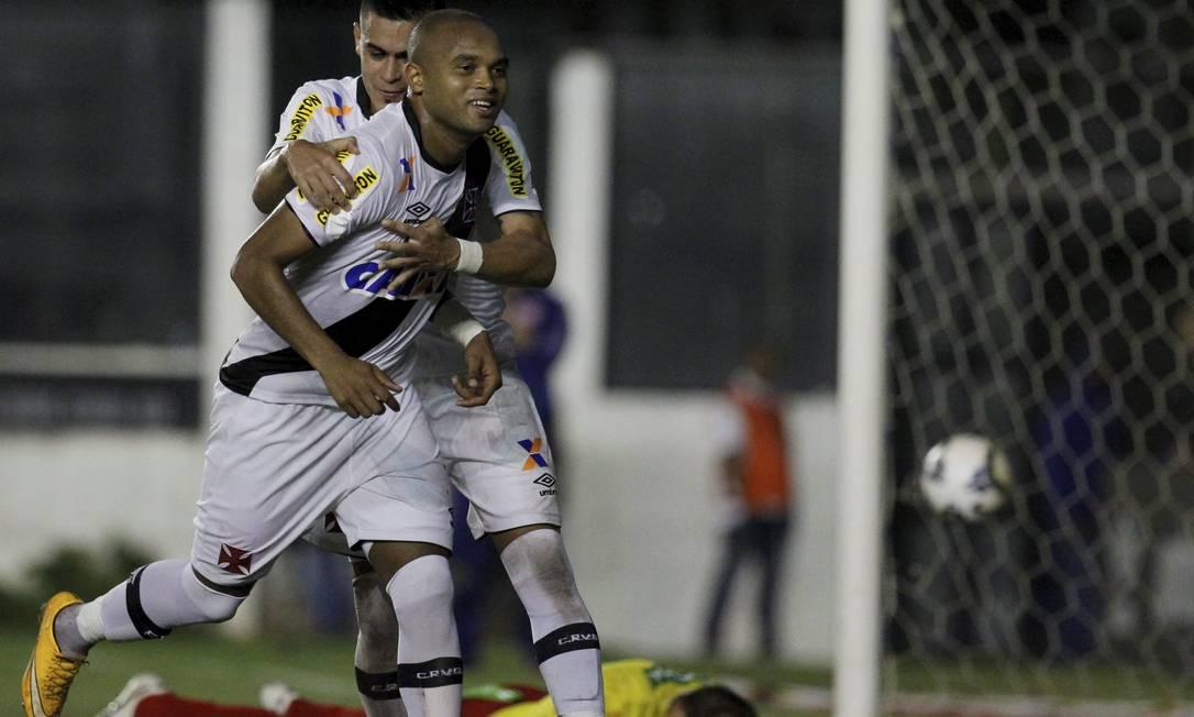Anderson Salles é abraçado por Biancucchi ao fazer o gol Marcelo Carnaval / Agência O Globo