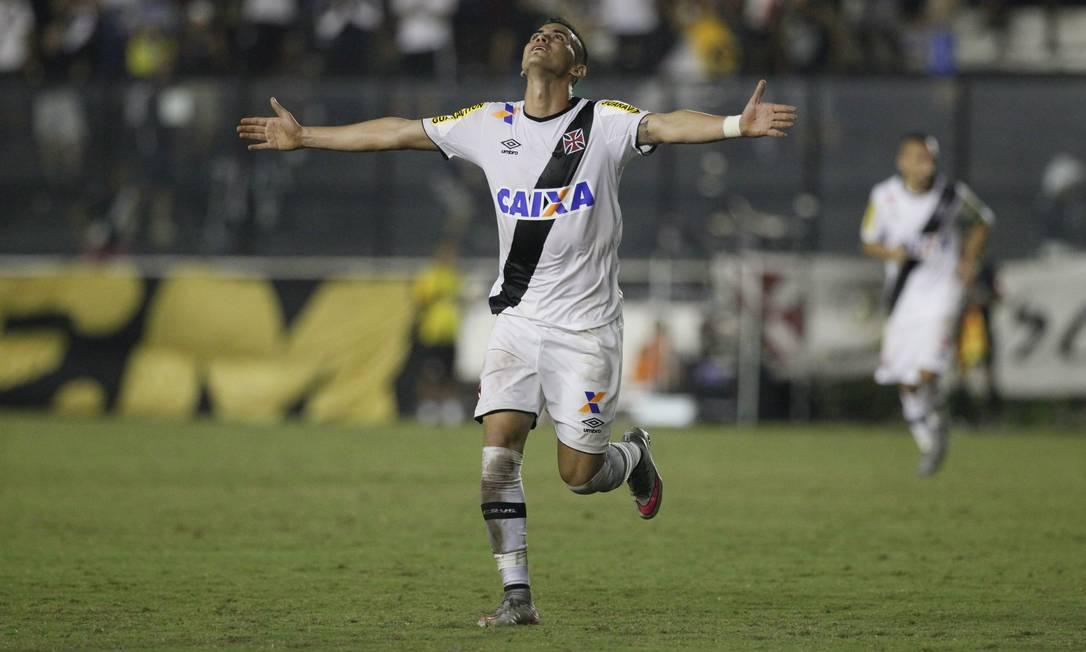 Com um belo chute, Biancucchi fez o terceiro gol do Vasco Marcelo Carnaval / Agência O Globo