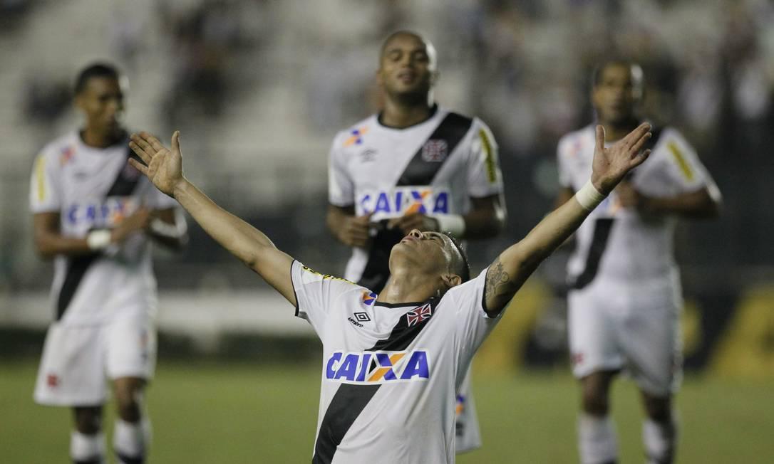 A emoção de Biancucchi ao fazer o terceiro gol do Vasco Marcelo Carnaval / Agência O Globo