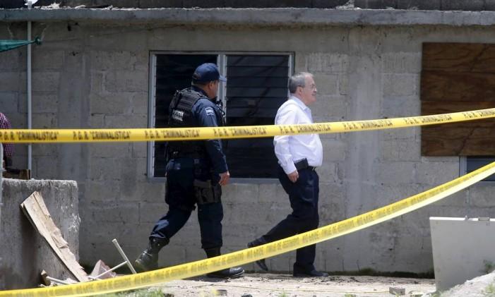 Comissário Nacional de Segurança Alejandro Rubido (à dir.) inspeciona casa que dá acesso a túnel construído para fuga de El Chapo da prisão de Altiplano, no México Foto: EDGARD GARRIDO / REUTERS
