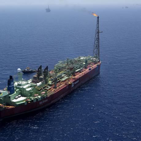 Embarcação da Pemex, em campo sendo explorado pela companhia na costa de Ciudad del Carmen Foto: Susana Gonzalez / Bloomberg