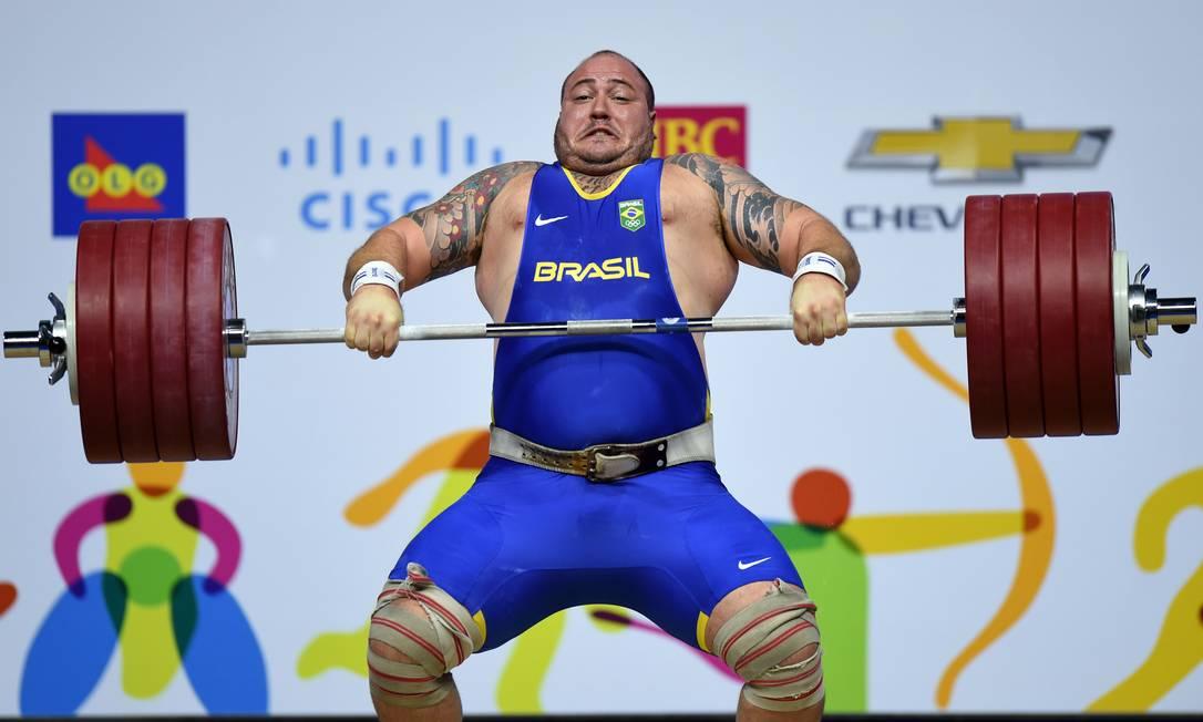 Foooorça! Fernando Reis estabeleceu a marca de 427kg, sendo 192kg no arranco e 235kg no arremesso HECTOR RETAMAL / AFP