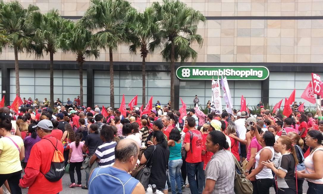 Sem teto ocupavam uma faixa da Avenida Chucri Zaidan, no Morumbi, por volta das 14h30m Foto: Leonardo Guandeline / Agência O Globo