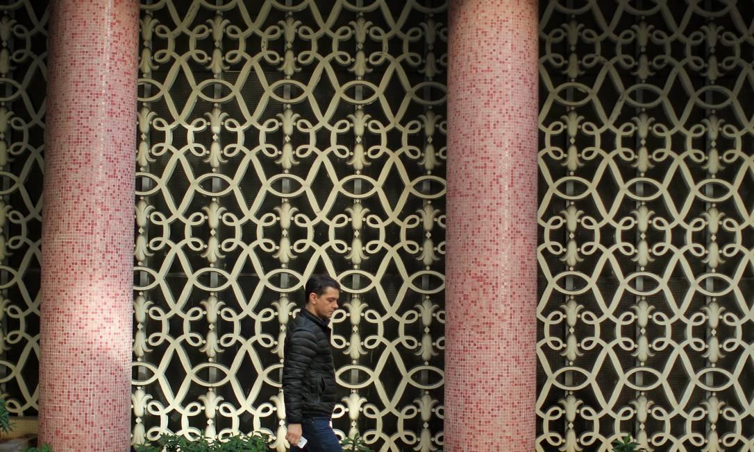 Detalhes em pastilhas de cores chamativas e formas rococó do edifício Cinderelas. Comuns na obra de Artacho, os adereços fazem com que ele escape ao modernismo Marcos Alves / Agência O Globo