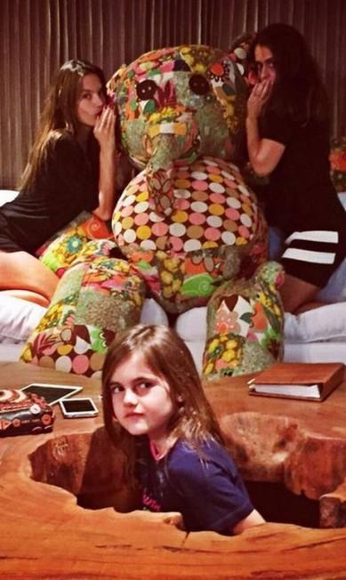 """Pernas em evidência para brincar com o elefante """"gigante"""" de pelúcia Reprodução/ Instagram"""