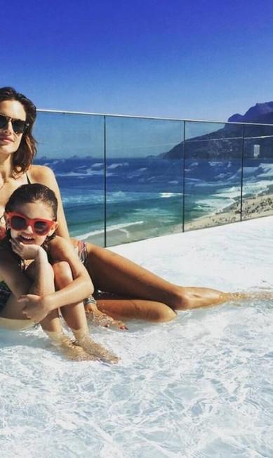 Alessandra na piscina com Anja. A modelo usa um maiô de sua marca de beachwear Reprodução/ Instagram