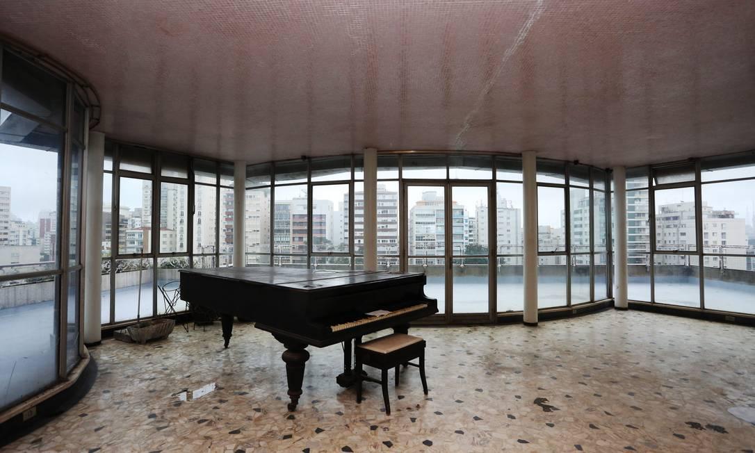 O piano e a vista para a varanda do apartamento no Bretagne, onde Artacho Jurado viveu. O imóvel está à venda Fernando Donasci / Agência O Globo