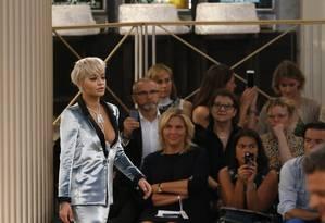 De longe, o look que a cantora Rita Ora usou no desfile couture de inverno 2015/2016 da Chanel era bem abusado. Tudo parecia ok... Foto: STEPHANE MAHE / REUTERS