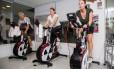 Na aula de girus bike, alunos ficam conectados com uma televisão que exibe curvas de desempenho Foto: Barbara Lopes / Agência O Globo