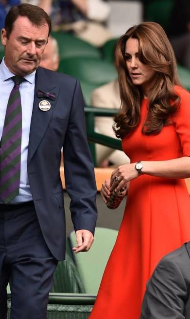 Dois meses após dar à luz, Kate Middleton apareceu magrinha em Londres, nesta quarta-feira. Com um look vibrante, ela foi o destaque do Torneio de Tênis de Wimbledon LEON NEAL / AFP