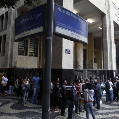 Fila para obter seguro-desemprego. Aumento no número de desocupados tem influenciado inadimplência Foto: Thiago Lontra/Agência O Globo