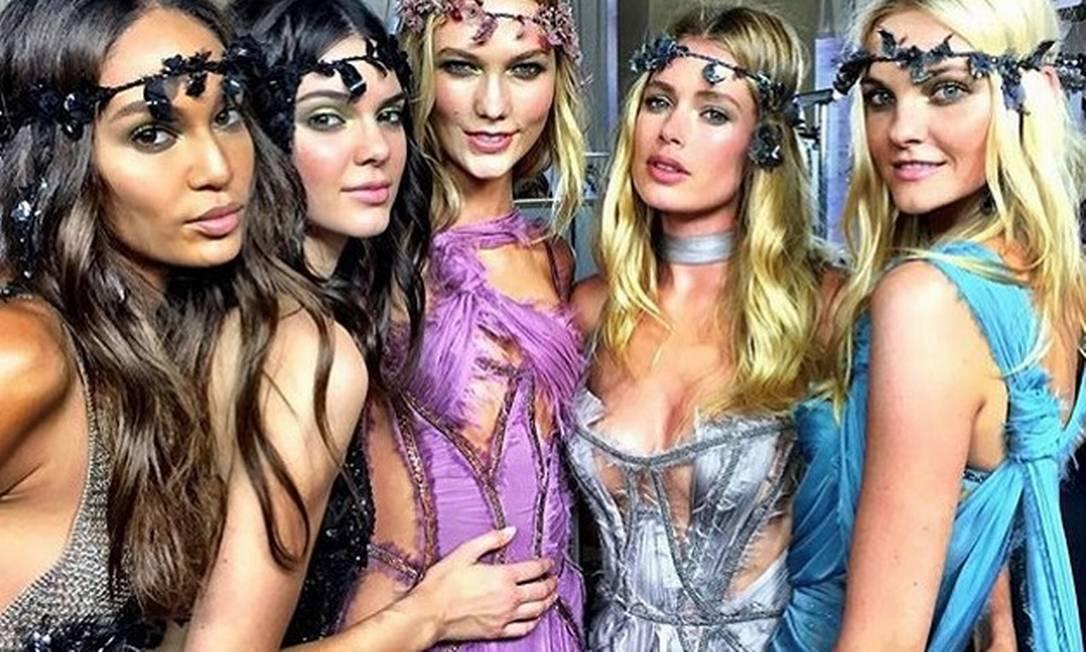 Antes da festança, algumas das tops (da esquerda para direita, Joan Smalls, Kendall Jenner, Karlie Kloss, Doutzen e Carol Trentini) posam serenas no backstage do desfile da Versace Instagram