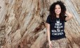A blogueira Rayza Nicácio faz sucesso com seus cachos na internet