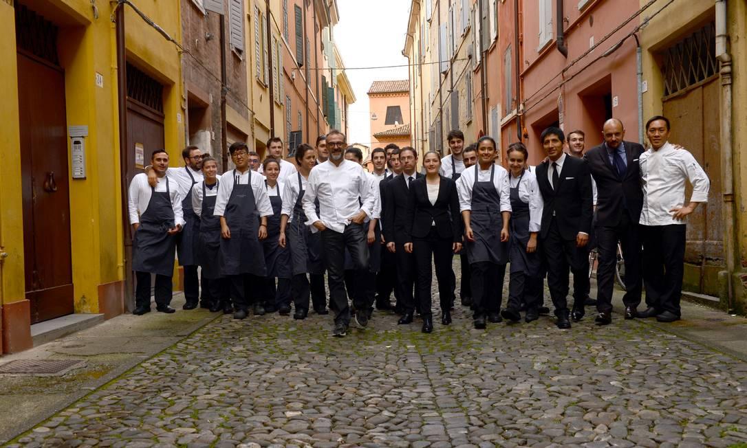 Parte dos 30 integrantes da Osteria Francescana, com Massimo Bottura à frente Diego Poluzzi