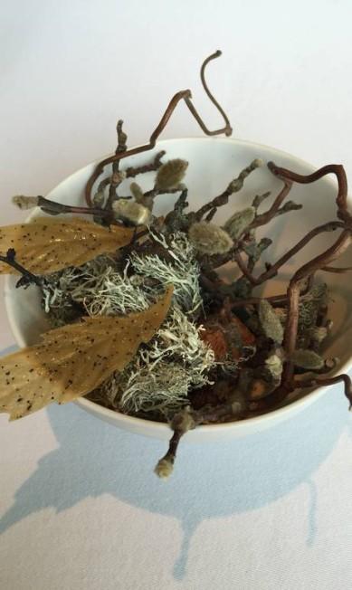 Parece uma floresta nórdica, mas é um crocante de alcachofra com nozes: no Geranium Ana Cristina Reis/ O Globo