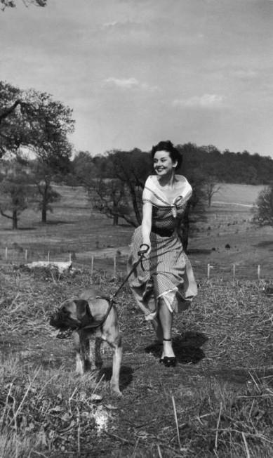 Foto do arquivo pessoal dos filhos de Audrey, na qual a atriz passeia com cachorro em Londres em abril de 1950 Sean Hepburn Ferrer e Luca Dotti