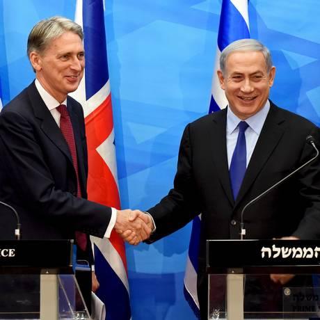 O ministro britânico das Relações Exteriores, Philip Hammond, e o primeiro-ministro israelense, Benjamin Netanyahu, discutem acordo nuclear em Jerusalém Foto: POOL / REUTERS