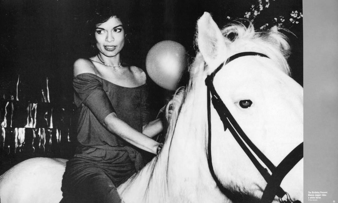 Festa histórica: Bianca Jagger perambulando num cavalo branco dentro do clube Terceiro / Reprodução do livro 'Studio 54 - The legend'