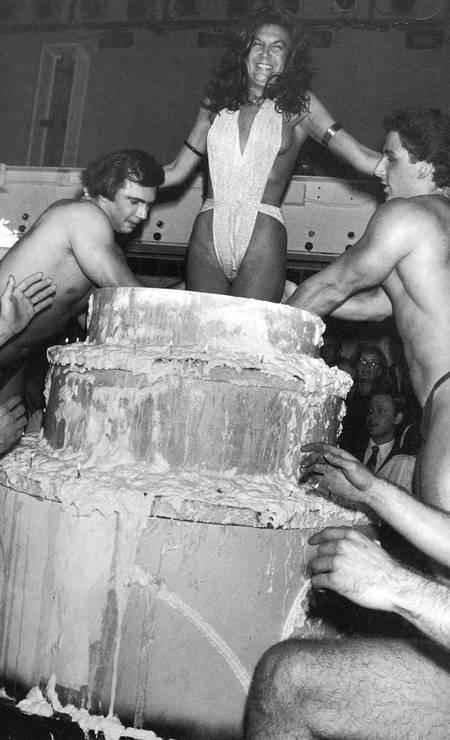 Carmen D'Alessio, inventura do Studio 54, saindo do próprio bolo de aniversário no lendário clube Terceiro / Reprodução do livro 'Studio 54 - The legend'