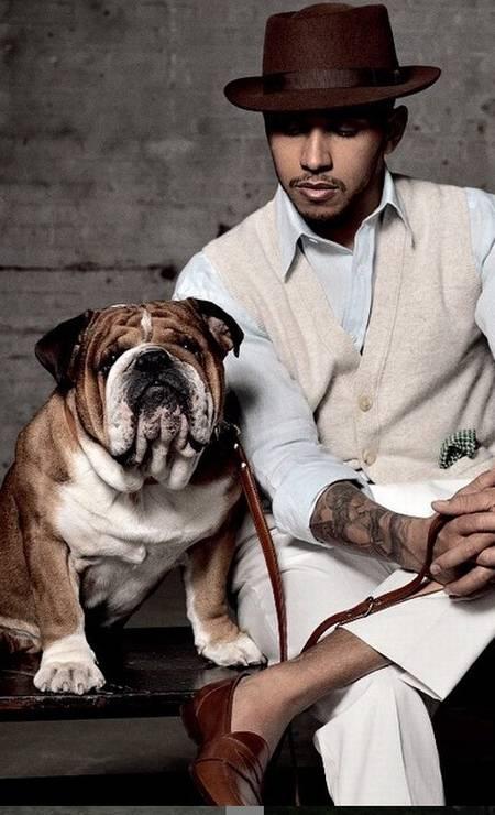 """Lewis Hamilton é dono de um bulldog, Roscoe Hamilton, que aparece em publicações como a """"Man of the World"""", tapete vermelho e em posts de viagens pelo mundo Foto: Reprodução/ Instagram"""