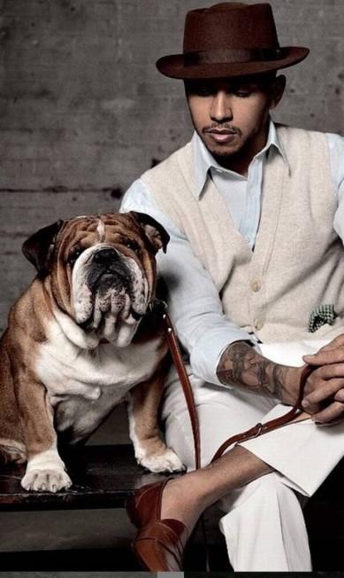 """Lewis Hamilton é dono de um bulldog, Roscoe Hamilton, que aparece em publicações como a """"Man of the World"""", tapete vermelho e em posts de viagens pelo mundo Reprodução/ Instagram"""