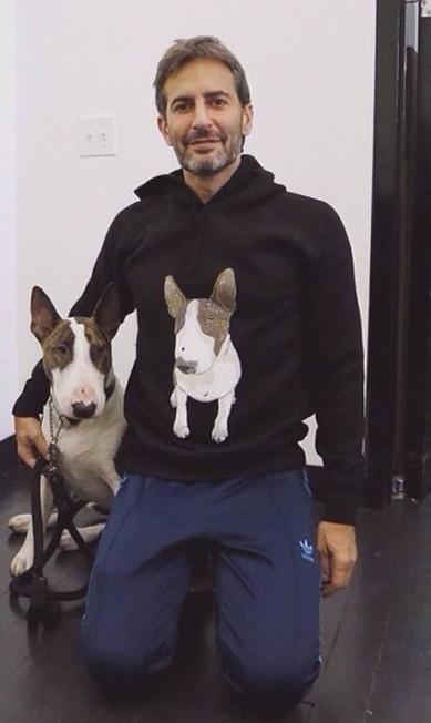 Neville Jacobs, o Bull terrier do estilista Marc Jacobs, tem mais de 142 mil seguidores no Instagram Reprodução/ Instagram