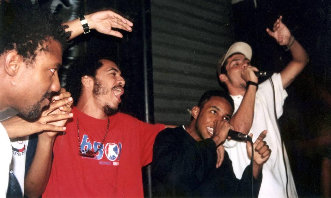 O DJ Negralha (à esquerda) e os MCs Marcelo D2, Aori e Marechal numa edição da Zoeira, em 1999 Foto: / Divulgação