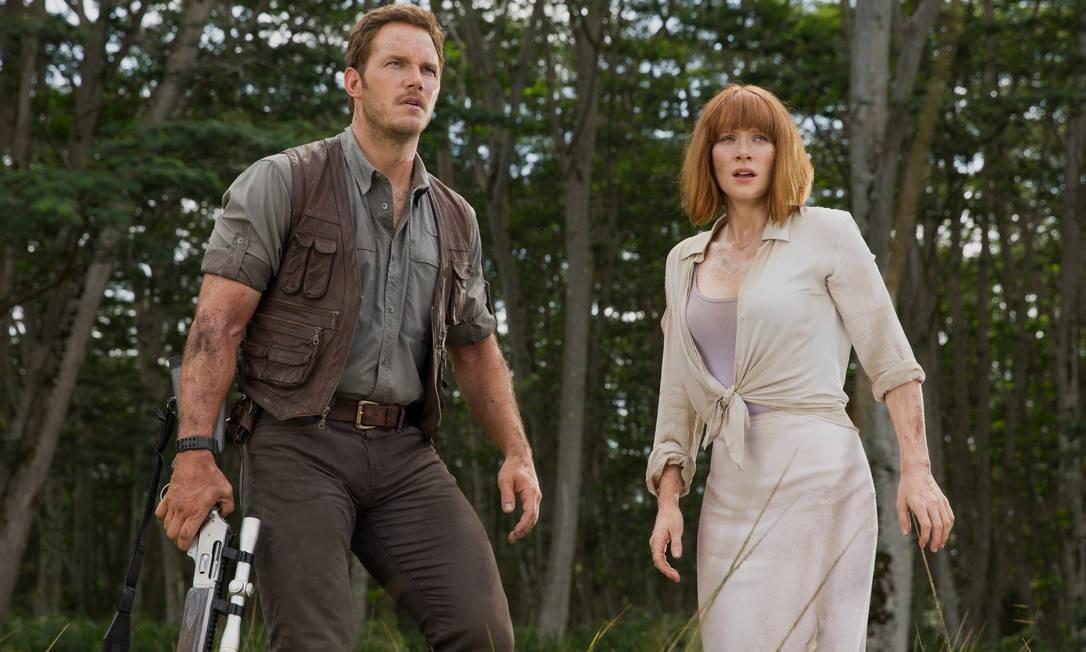 """Chris Pratt, de calça justinha, com Bryce Dallas Howard em ceno do filme """"Jurassic world: o mundo dos dinossauros"""" Foto: Divulgação / Divulgação"""