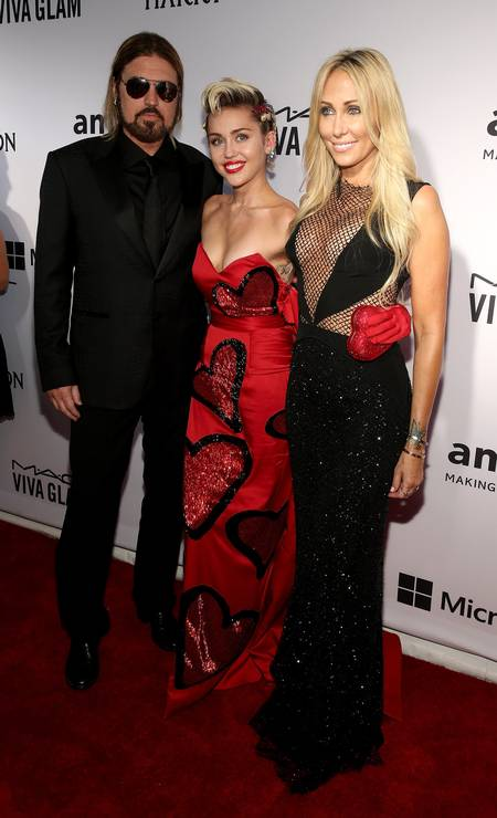Mas Beyoncé não é a única a ter uma mãe poderosa. Acostumada a ser o centro das atenções, Miley Cyrus viu sua mãe, Tish Cyrus, roubar a cena no tapete vermelho do baile beneficente da amfAR, que arrecada fundos para projetos de conscientização e tratamento da Aids, em Nova York. Atenta ao atual momento da moda, Tish não hesitou em escolher um look revelador Foto: Neilson Barnard / AFP