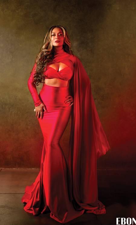 """Aos 61 anos, Tina Knowles, a mãe de Beyoncé e Solange, provou que pode fazer tanto sucesso quanto as filhas nas bancas de jornais. A empresária está causando frisson com a sua capa para a revista """"Ebony"""". Já deu para perceber de quem Beyoncé herdou as curvas Foto: Reprodução/ Ebony"""