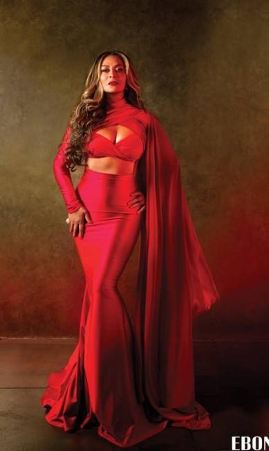 """Aos 61 anos, Tina Knowles, a mãe de Beyoncé e Solange, provou que pode fazer tanto sucesso quanto as filhas nas bancas de jornais. A empresária está causando frisson com a sua capa para a revista """"Ebony"""". Já deu para perceber de quem Beyoncé herdou as curvas Reprodução/ Ebony"""