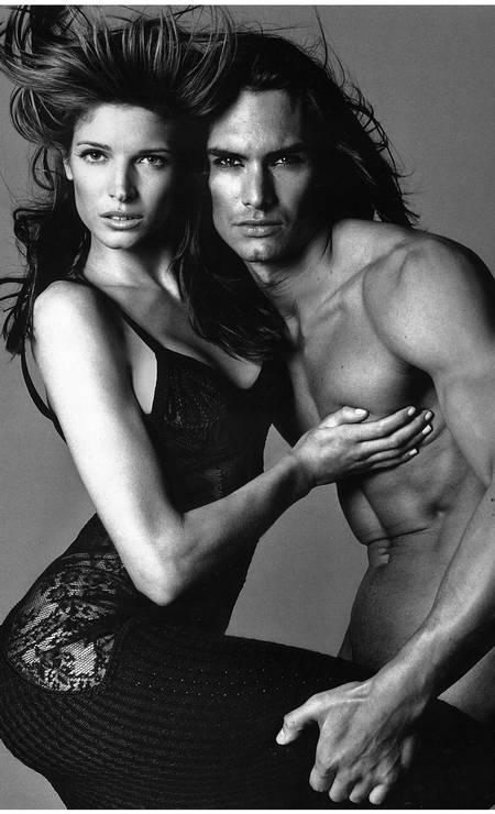 Nos anos 1990, era tarefa quase impossível alguém conseguir roubar os holofotes das modelos Cindy Crawford e Stephanie Seymour, principalmente nas campanhas da Versace. Mas com seu físico impressionante, o sueco Marcus Schenkenberg, hoje com 46 anos, conseguia o feito Foto: Divulgação