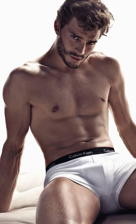 """Jamie Dornan ficou conhecido mundialmente como Christian Grey, o protagonista do filme """"Cinquenta tons de cinza"""", mas antes ele foi um dos modelos mais concorridos do mundo da moda, sendo, inclusive, o corpo da linha de underwear da Calvin Klein Foto: Divulgação"""