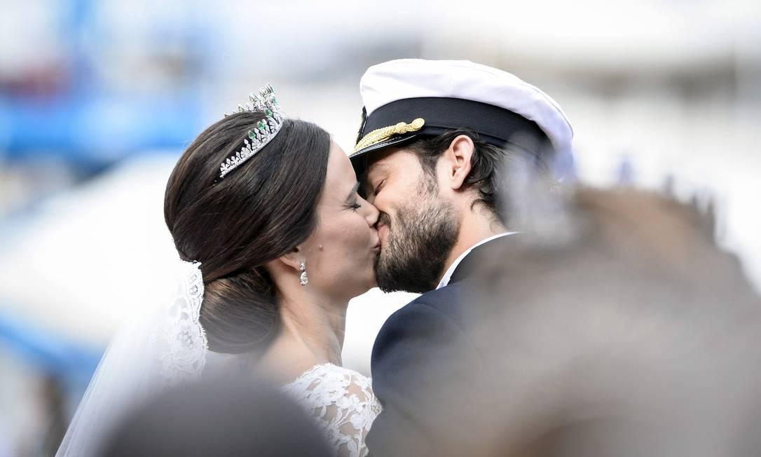 O beijo dos noivos após a cerimônia e destaque para as joias escolhida pela agora princesa Sofia para seu grande dia Pontus Lundah / AP