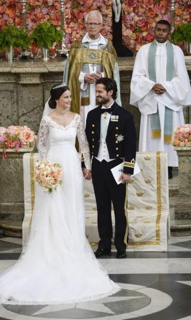 Sofia Hellqvist, no entanto, optou por um visual recatado e quase discreto, num vestido que lembra o usado por Kate Middleton no casamento com o príncipe William. Na foto, os noivos posam na capela real do Sveriges Kungahus,a residência oficial da realeza da Suécia, onde aconteceu a cerimônia Pontus Lundah / AP