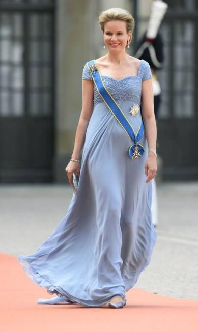 Discreta, a rainha Mathilde, da Bélgica, apostou no lilás e em um penteado que quase escondia a tiara repleta de diamantes JONATHAN NACKSTRAND / AFP