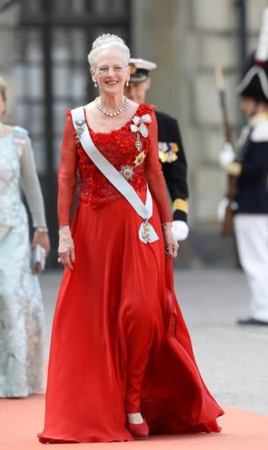 A rainha da Dinamarca, Margarida II, com seu longo vermelho e suas joias reais JONATHAN NACKSTRAND / AFP