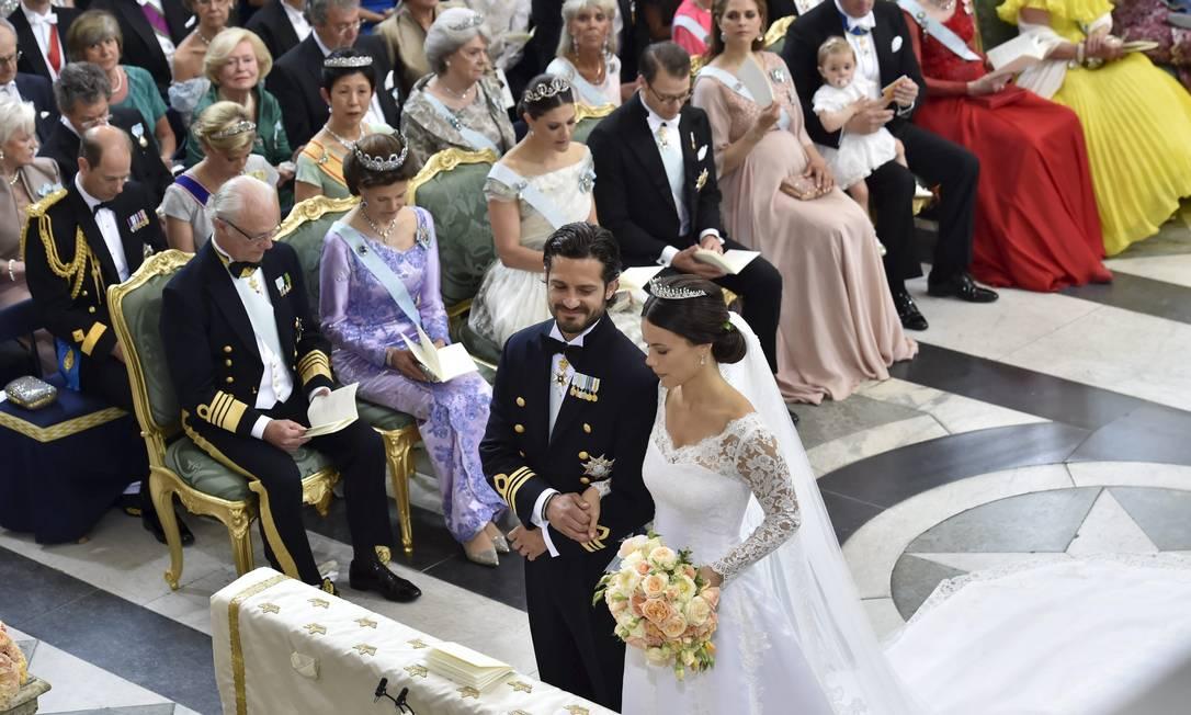 No altar, o príncipe Carl Philip e Sofia Hellqvist diante dos convidados TT NEWS AGENCY / REUTERS