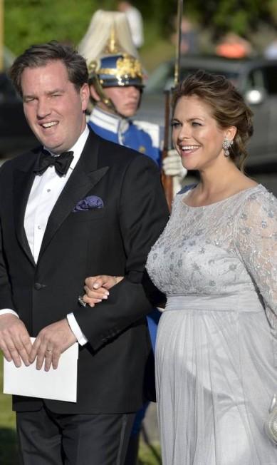 Irmã do noivo, a princesa Madeleine chega ao evento acompanhada do marido, o empresário Chris O'Neill TT NEWS AGENCY / REUTERS